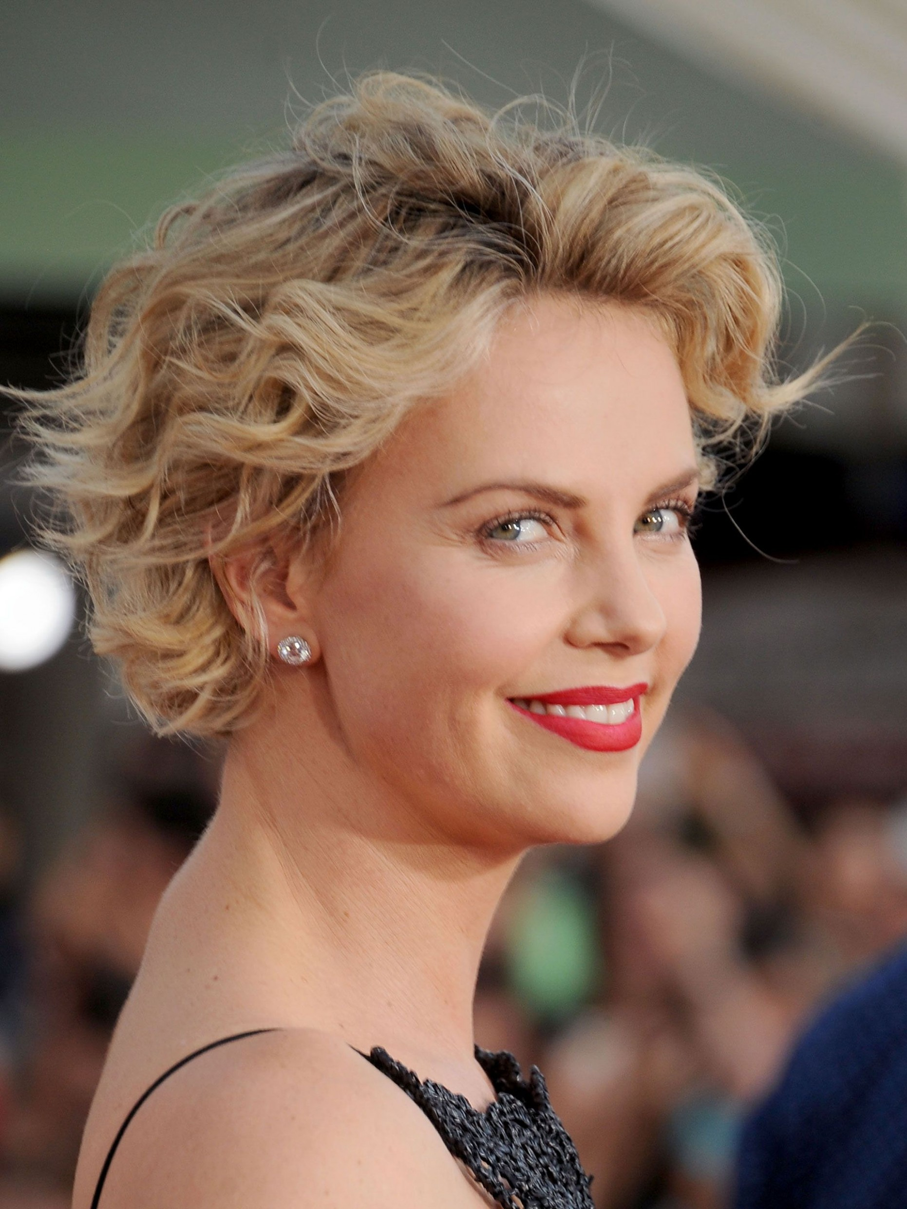 How To Grow Out Your Hair Celebs Growing Out Short Hair Transition Hairstyles For Growing Out Short Hair