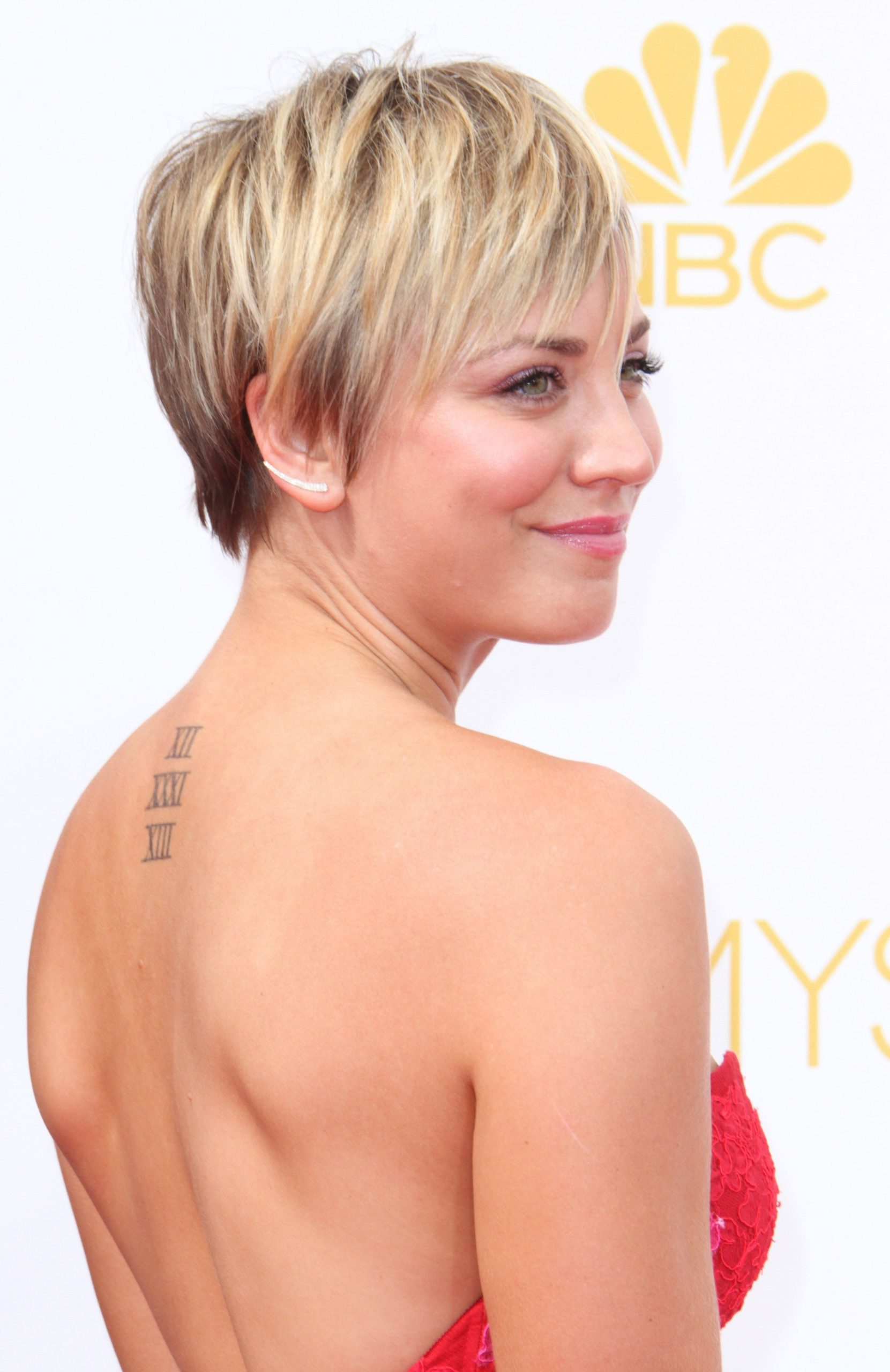Pin On Style Stars Kaley Cuoco Pixie Cut